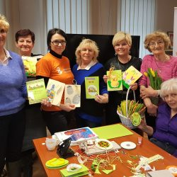Seniorzy wykonali świąteczne eko-kartki